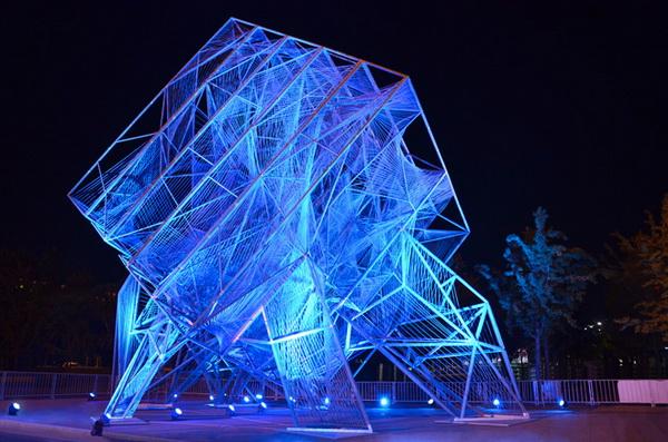 Светящаяся скульптура в форме куба