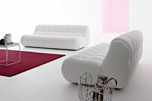 Белый диван смотрится роскошно в минималистском интерьере