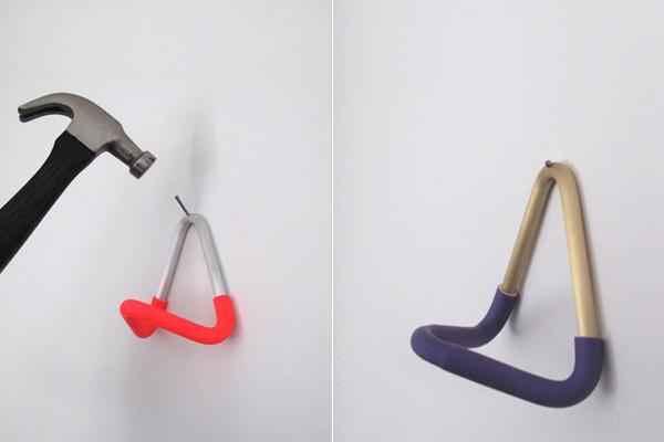 Крючок Unihook, который легко крепится к стене.