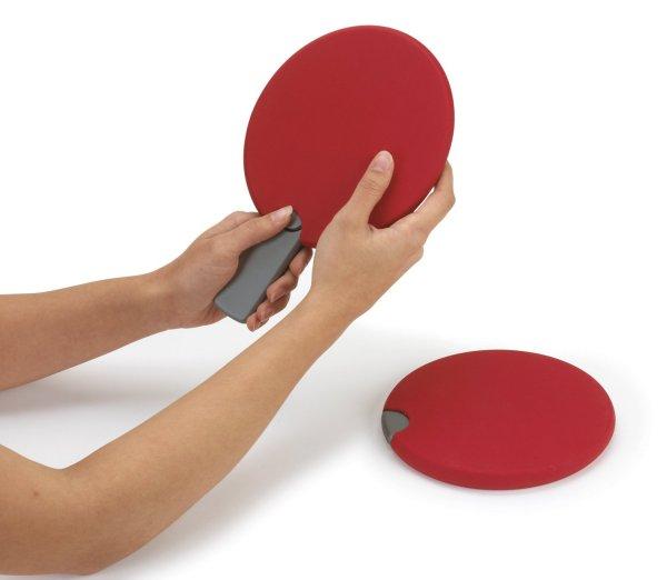 Разборные ракетки из набора для игры в пинг-понг.