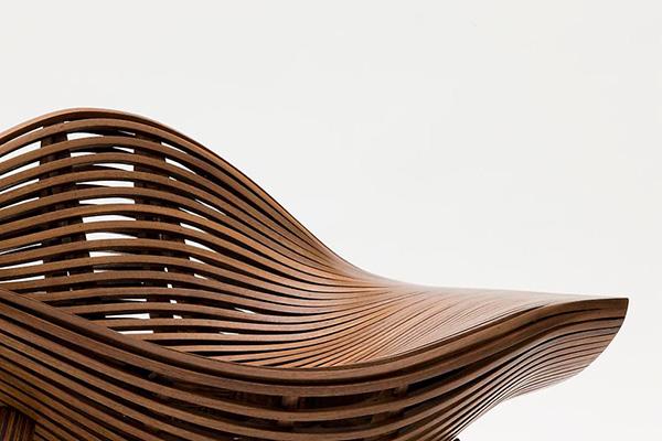 Изогнутое деревянное кресло.