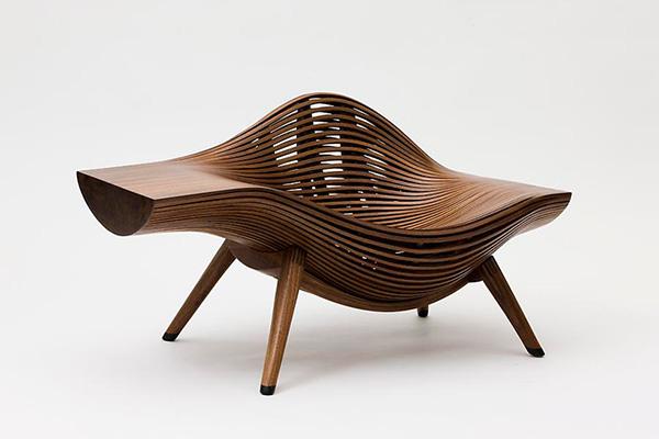 Стильное деревянное кресло.