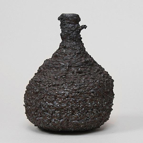 Металлическая ваза от Josh Bitelli.