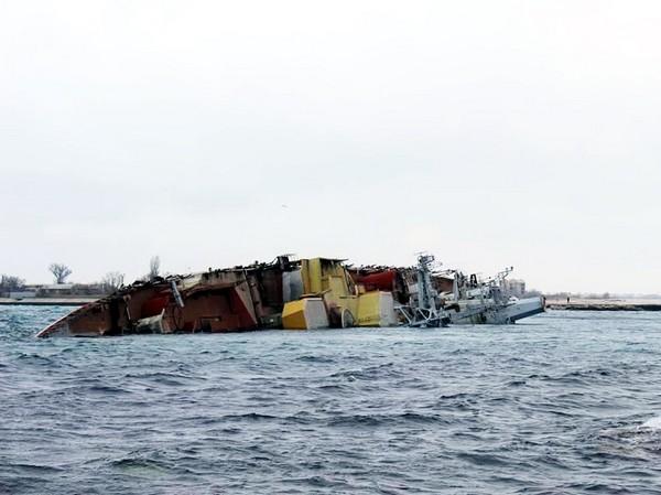 Противолодочный корабль Очаков перекрывает вход в озеро Донузлав. Источник фото: obozrevatel.com