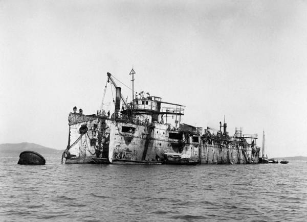 Японцы поднимают крейсер Варяг со дна. Источник фото: photochronograph.ru