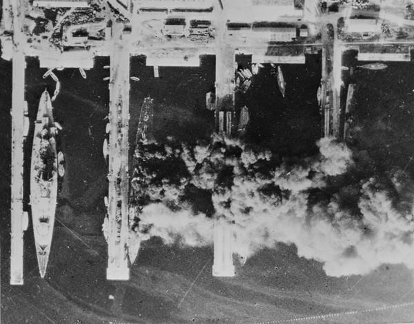 Французские корабли горят в порту Тулона. Источник фото: topwar.ru