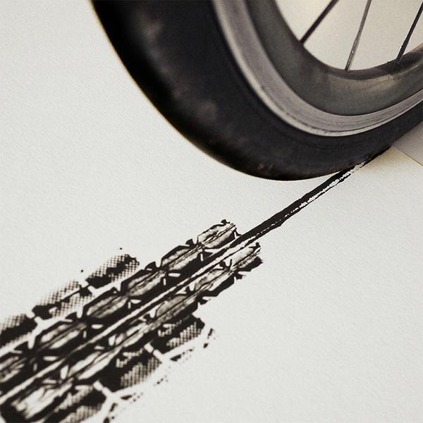 Empire State Building, нарисованный отпечатками велосипедных шин