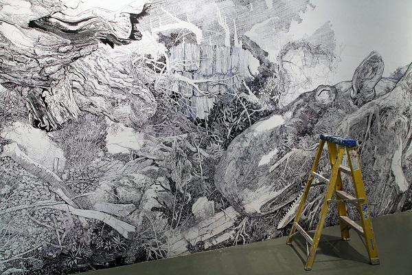 Черно-белая роспись на стене