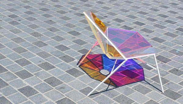 Витражный стул для ценителей игр со светом.