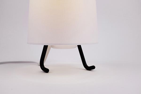Лампа, шагающая по столу.