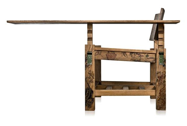 Деревянный стол с тату от The Cookie Bros.