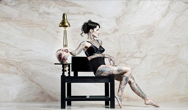 Татуированный деревянный стул.