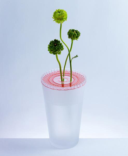 Высокие вазы с вышивкой.