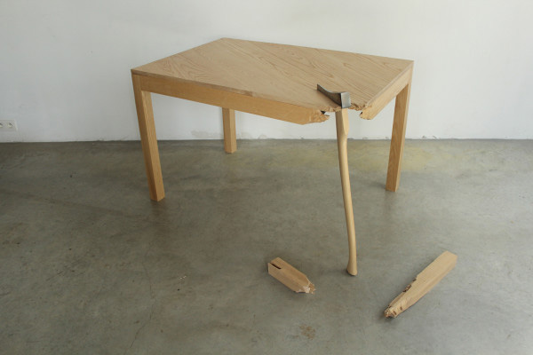 Сломанная деревянная мебель.