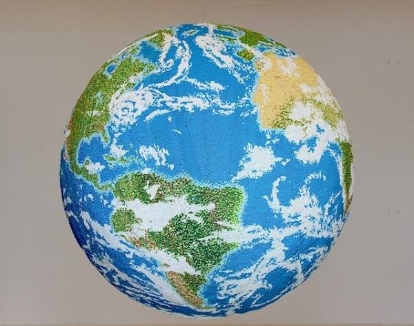 Оригинальный глобус из спичек.