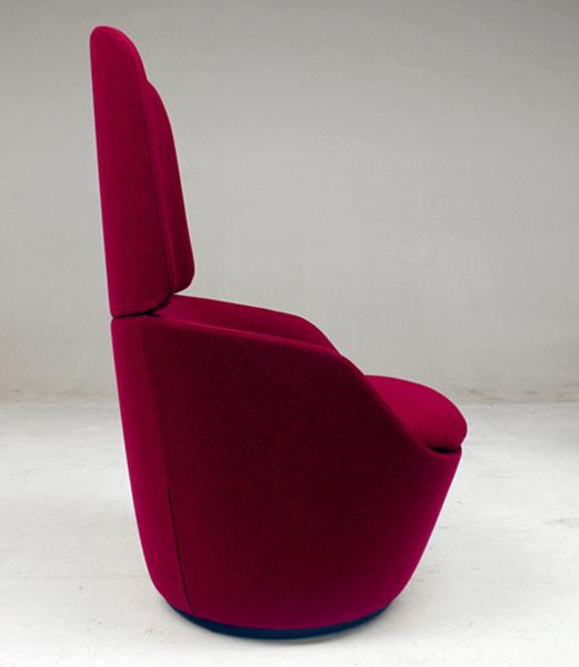 Яркие кресла для приватной атмосферы.