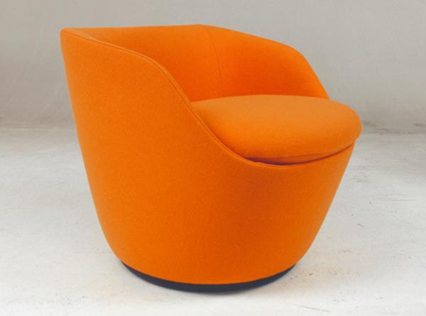 Оригинальные яркие кресла.
