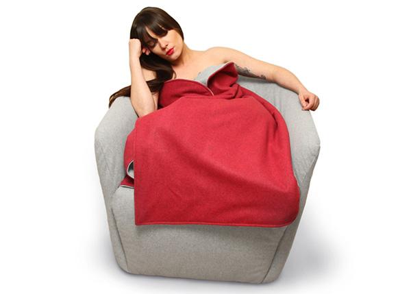Шерстяное кресло с вшитым одеялом.
