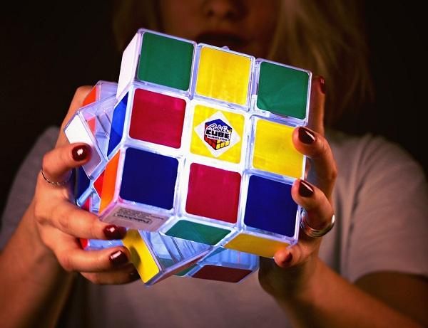 Светящийся кубик рубика.