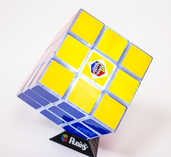 Светильник в форме кубика рубика.
