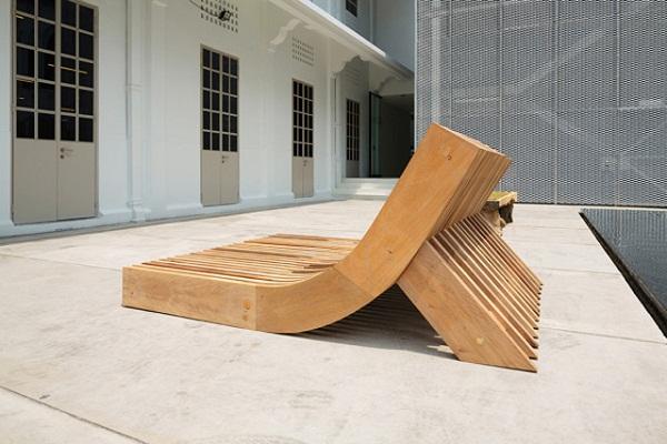 Скамейка People's Bench в профиль.