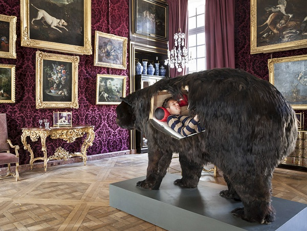 Abraham Poincheval внутри чучела медведя.
