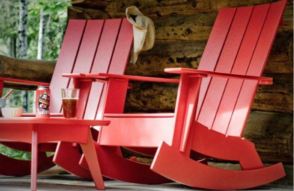Пластиковое кресло-качалка для дачного досуга.