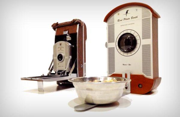 Дизайн кормушки навеян камерой Polaroid 1950-х годов.