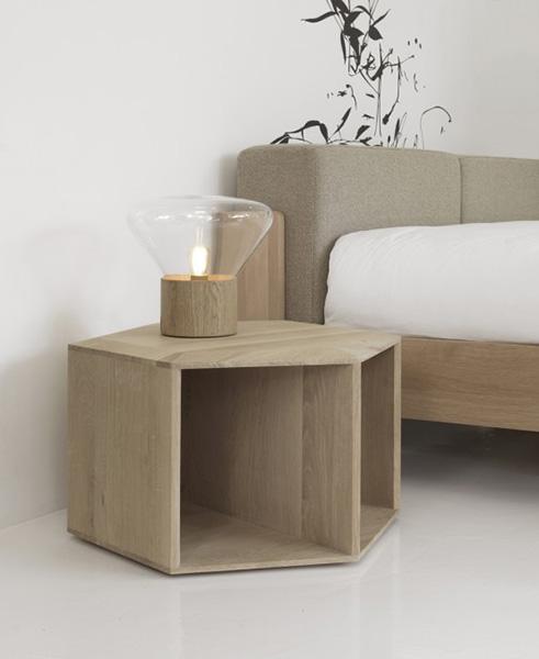 Шестиугольный деревянный столик.