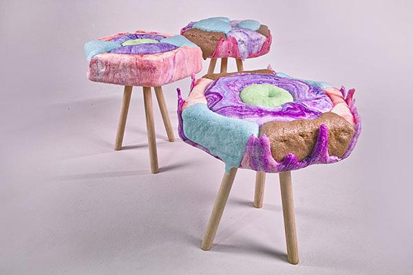 Яркие мягкие стулья, похожие на конфеты.