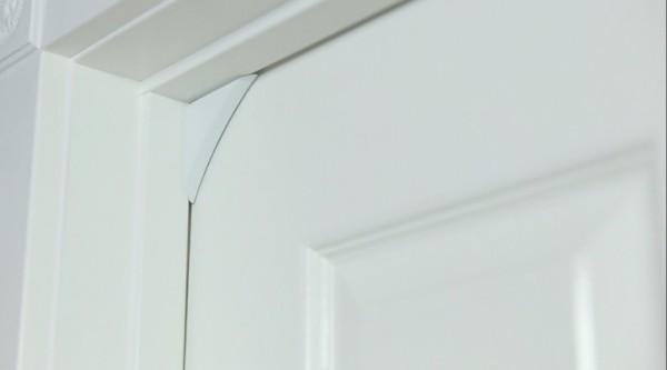 Устройство легко крепится на дверь или окно.
