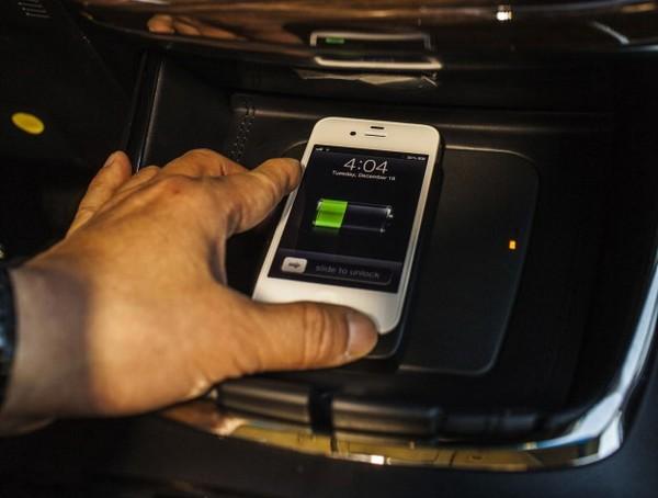 Беспроводная зарядка мобильных устройств. Источник фото: automotivetimes.com