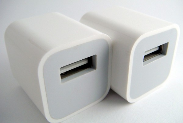 Зарядное устройство для девайсов от Apple. Источник фото: iphonehacks.com