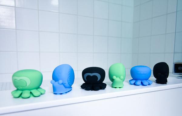 Коллекция состоит из двух персонажей зеленого, синего или черного цвета.