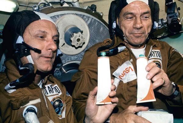 Участники советского полета Союз-Аполлон принимают пищу. Источник фото: prekrasna-vasilisa.org