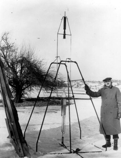 Роберт Годдард на фоне ракеты перед стартом. Источник фото: epizodsspace.no-ip.org