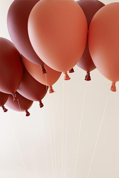 Кресло, подвешенное на воздушных шарах.