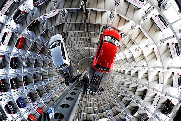 Лифт для машин в технопарке Volkswagen. Источник фото: pinterest.com