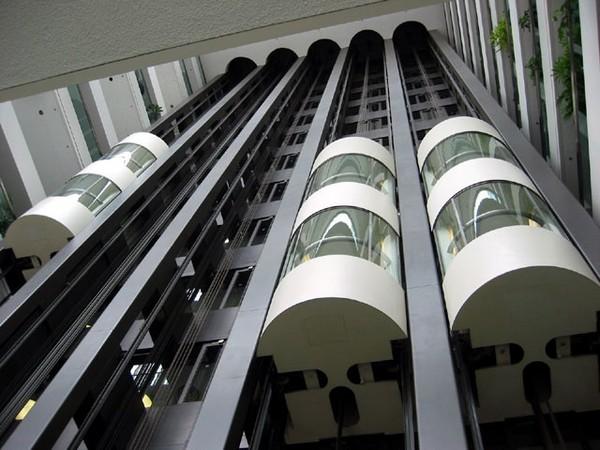 Двухэтажный лифт. Источник фото: Википедия