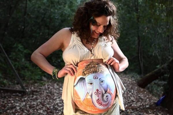 Красивый бодиарт для беременных.