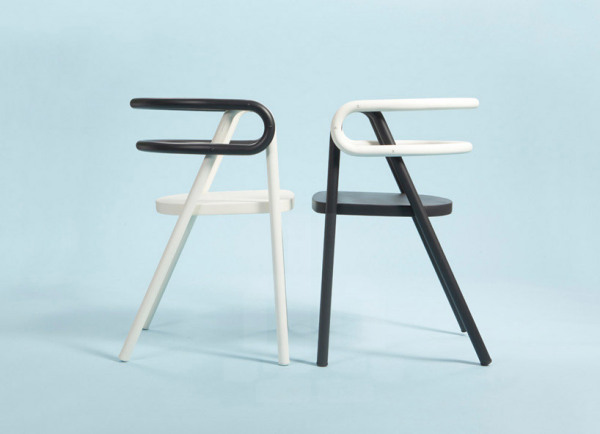 Необычные черно-белые стулья.