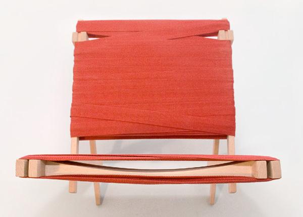 Простая деревянная мебель.