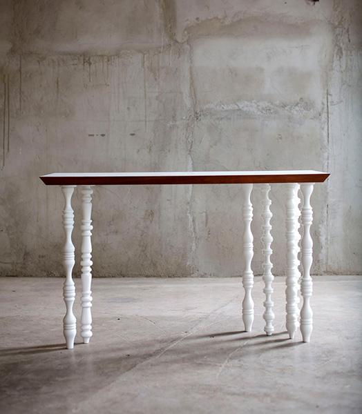 Коллекция резной деревянной мебели.