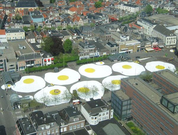 Гигантская яичница от Henk Hofstra.