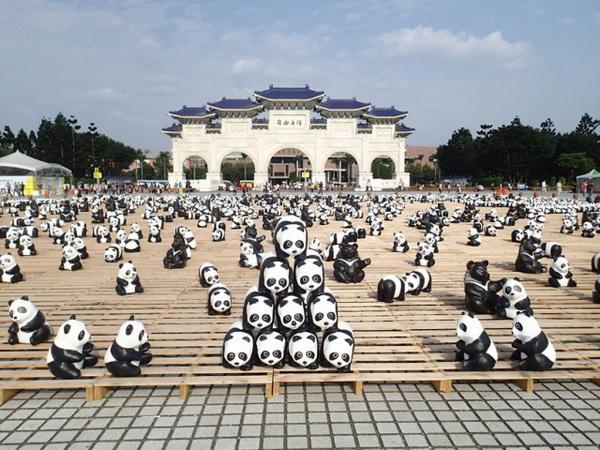 Бумажные панды в Гонконге.