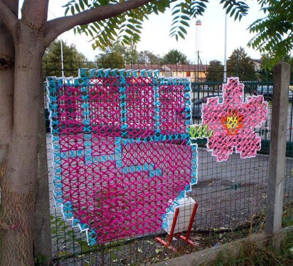 Забор с вышивкой.