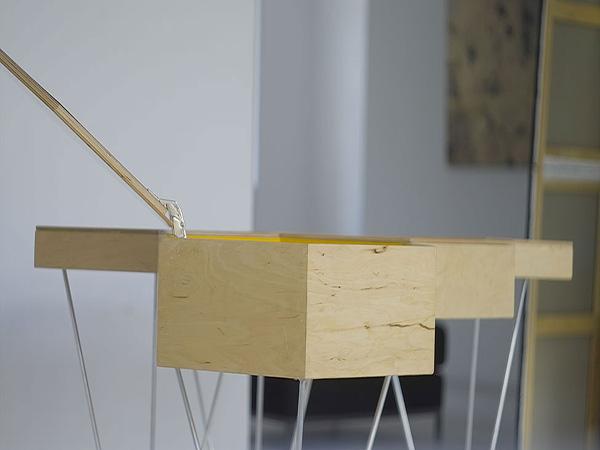 Удобные столики с откидной крышкой.