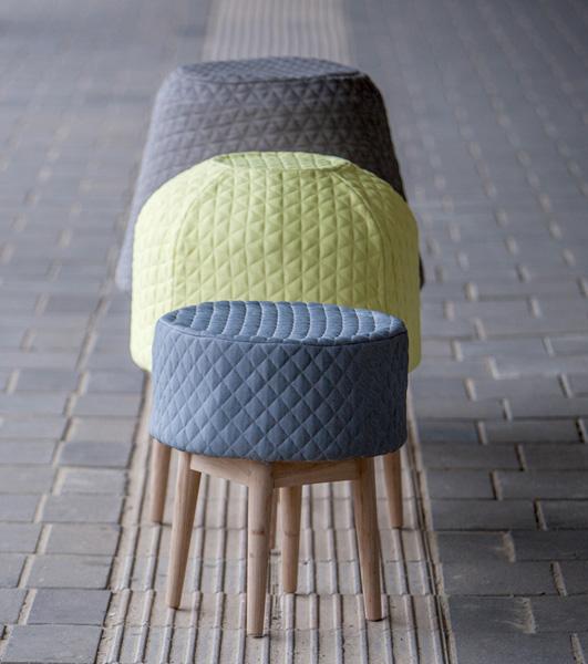 Коллекция бескаркасной мебели, состоящая из кресла, стула и табурета.