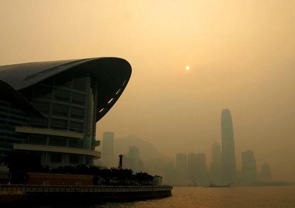 Смог на улицах мегаполиса в Китае