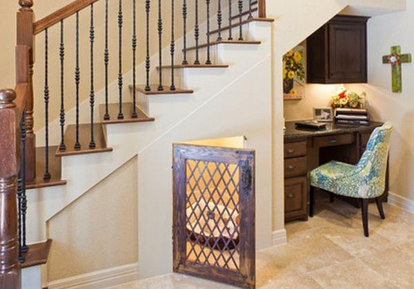 Под лестницей найдётся место и для собаки, и для домашнего офиса